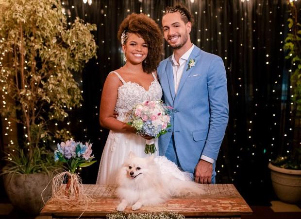 O casal de noivos e a cadelinha Sol (Foto: Flor Azul Fotografia)
