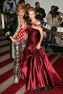 John Galliano e Charlize Theron, 2006