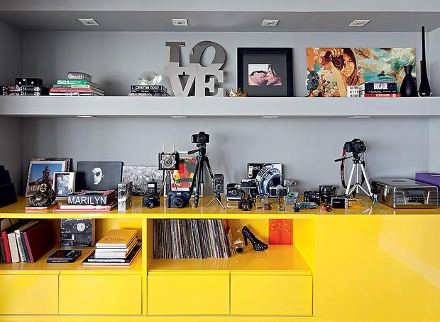 As máquinas fotográficas da moradora ficam no móvel de laca amarelo e cinza, desenhado pelo arquiteto Maurício Arruda e feito pela Marcenaria Drumello (Foto: Edu Castello/Editora Globo)