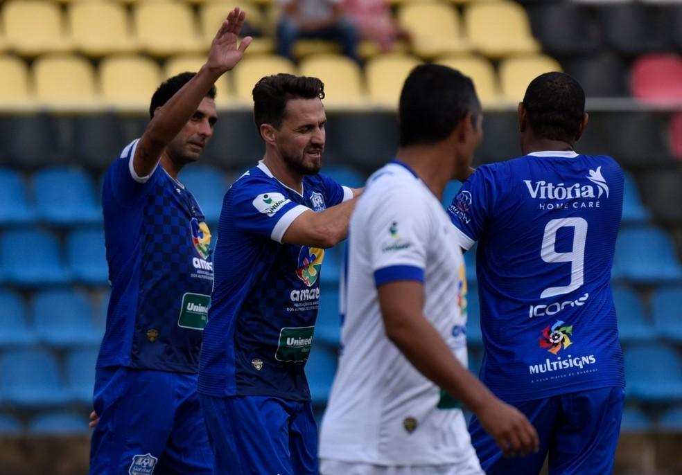 """Athirson comemorando o primeiro dos seus dois gols no evento """"Gol Azul"""" — Foto: Carlos Alberto Silva/A Gazeta"""