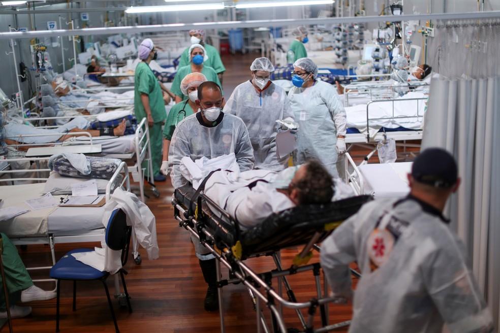 Paciente com Covid é transportado em hospital de campanha instalado no ginásio esportivo Dell'Antonia, em Santo André, SP — Foto: Reuters/Amanda Perobelli