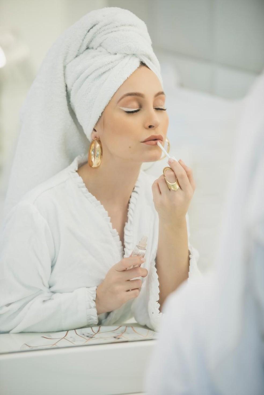 Carla Diaz dá os últimos retoques na maquiagem  — Foto: Vinícius Mochizuki/Divulgação