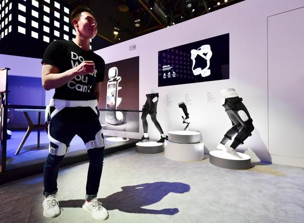 Pensado para à indústria da saúde, o aparelho ajuda pessoas com dificuldade de locomoção a andarem (Foto: Divulgação/Samsung)