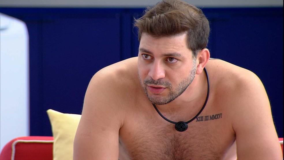 Na varanda do BBB21, Caio diz que brother tem chance de ir ao Paredão — Foto: Globo
