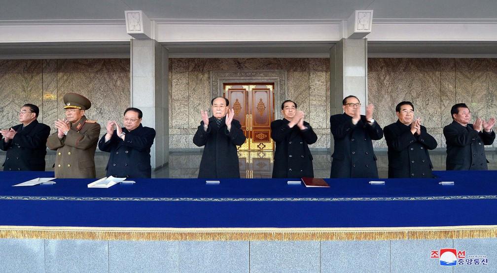 Líderes da Coreia do Norte durante celebração pelo sucesso do teste nuclear  (Foto: KCNA VIA KNS / AFP)