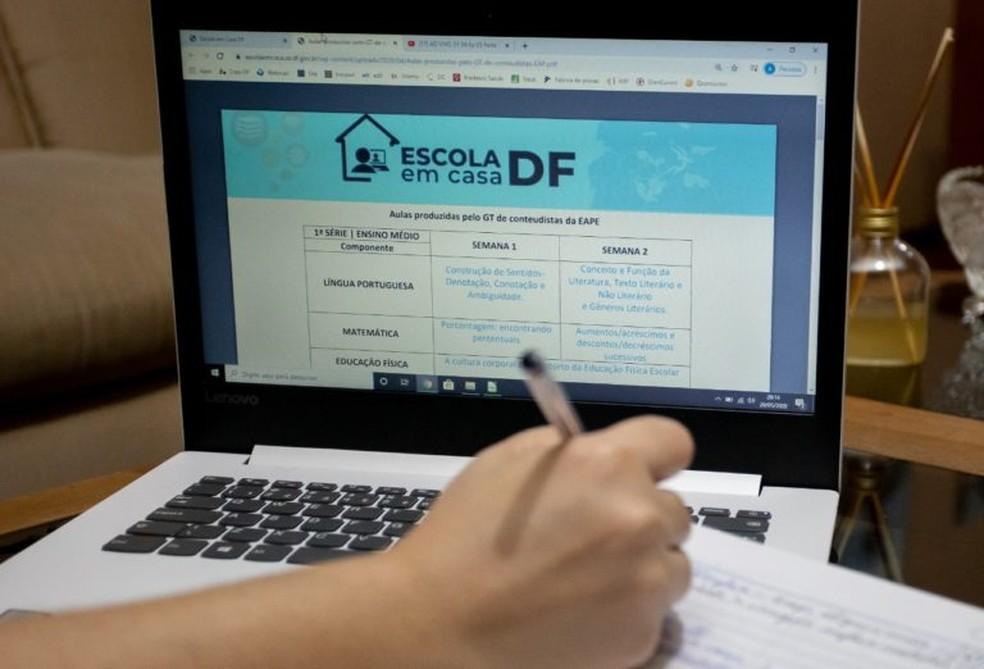 Estudante durante aula a distância, por causa da pandemia do coronavírus no DF — Foto: Álvaro Henrique/SEEDF