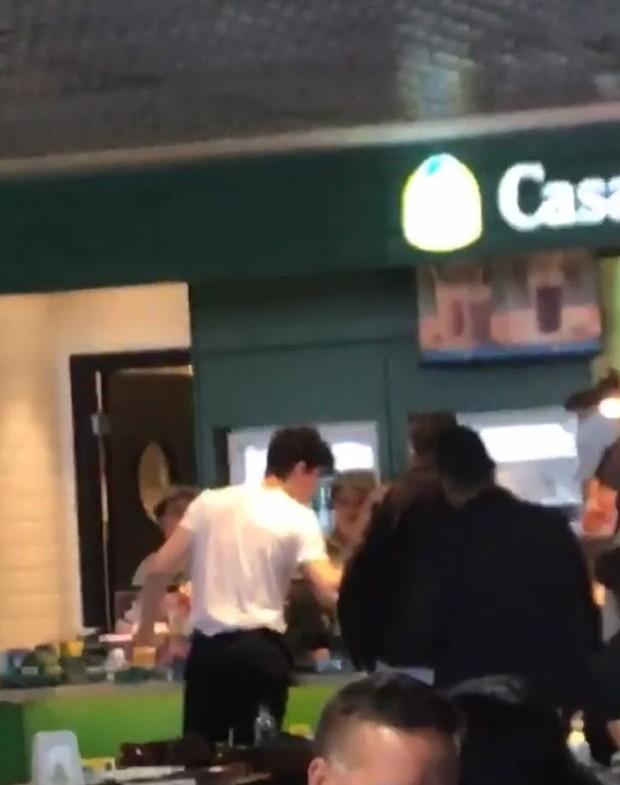Shawn Mendes comprando pão de queijo  (Foto: Reprodução/Instagram)