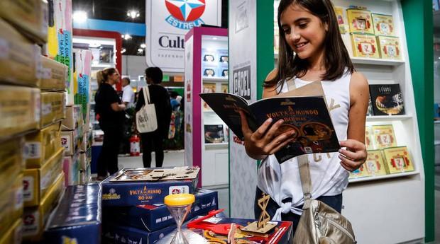 No catálogo da editora Estrela Cultural, há obras só para ler – mas a maioria tem algum acessório e proposta de atividade  (Foto: Reprodução/Felipe Rau/Estadão)
