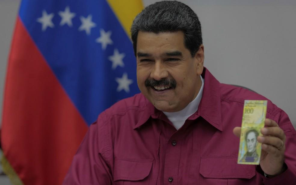 -  O presidente da Venezuela, Nicolás Maduro, exibe uma nota de 100 mil bolívares durante reunião com ministros em Caracas, na quarta-feira  1º   Foto:
