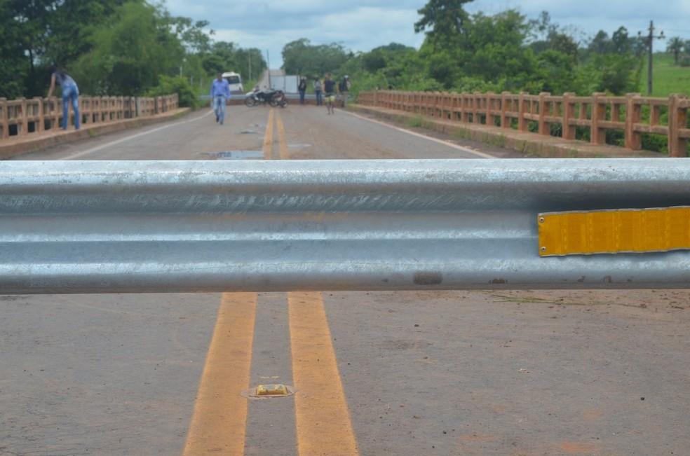 Motoristas se arriscaram atravessando a ponte mesmo com a interdição.  — Foto: Magda Oliveira/G1