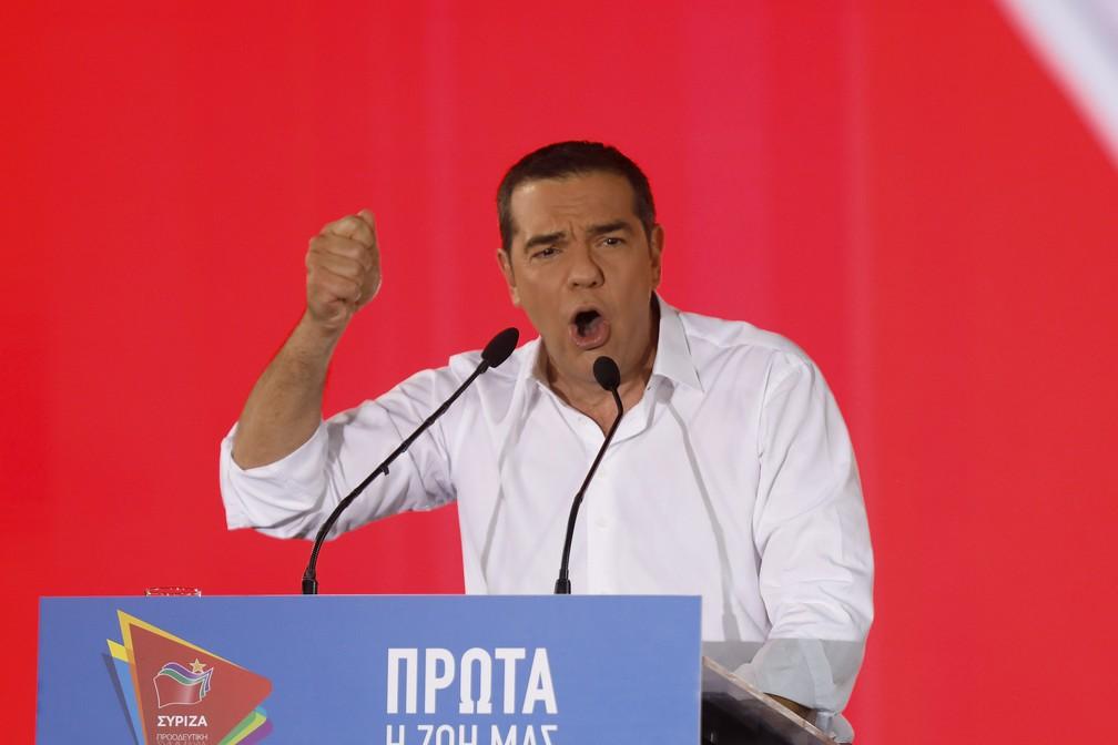O primeiro-ministro da Grécia e líder do partido Syriza, Alexis Tsipras, discursa durante a campanha nesta sexta-feira (5) — Foto: Petros Giannakouris / Associated Press