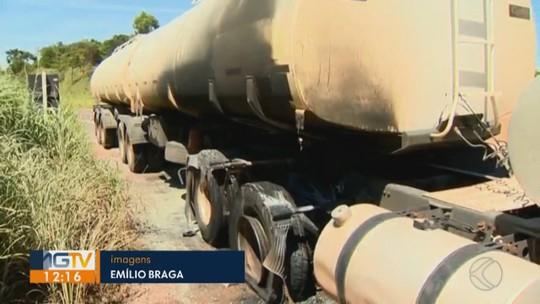 Pneus de carreta com etanol pegam fogo na BR-365 entre Varjão de Minas e Patos de Minas