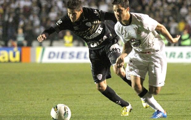 Martinez, figueirense e Corinthians (Foto: Rubens Flores / Agência Estado)