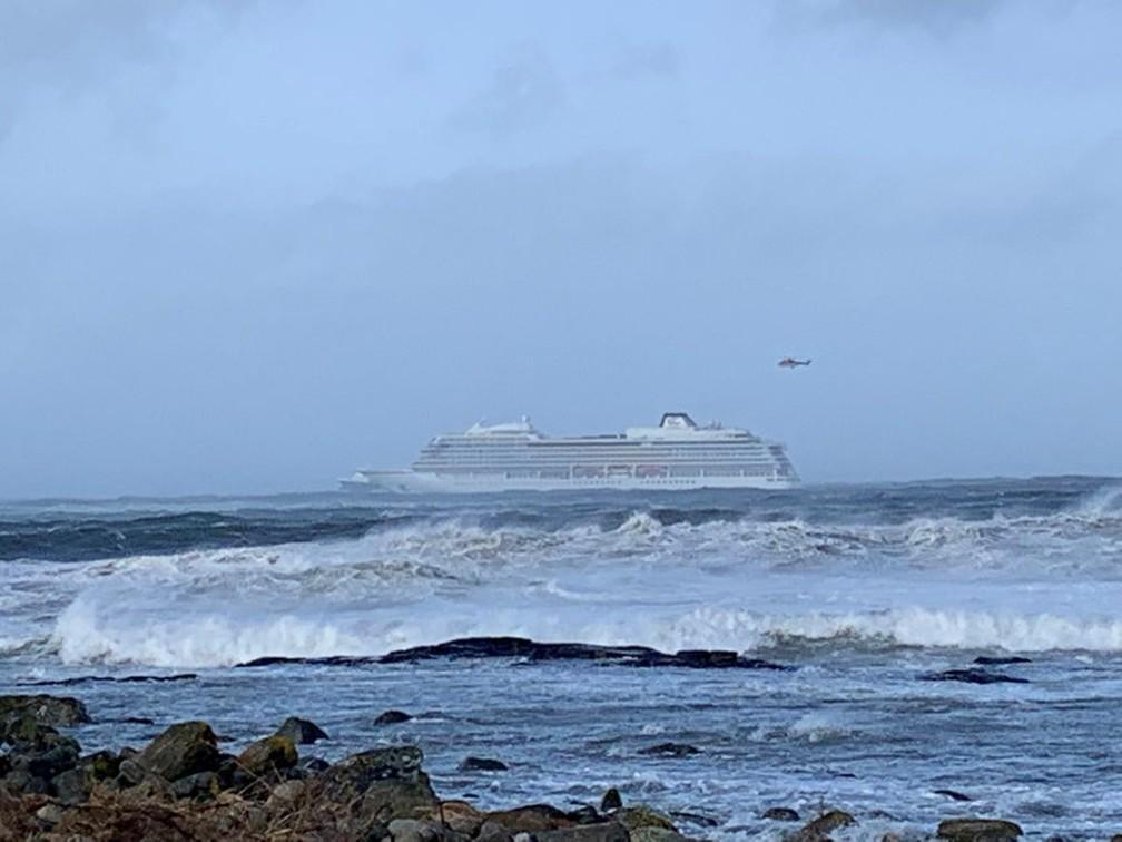 Cruzeiro fica à deriva após uma falha em Hustadvika, na Noruega, neste sábado (23). — Foto: Odd Roar Lange/NTB Scanpix/Reuters