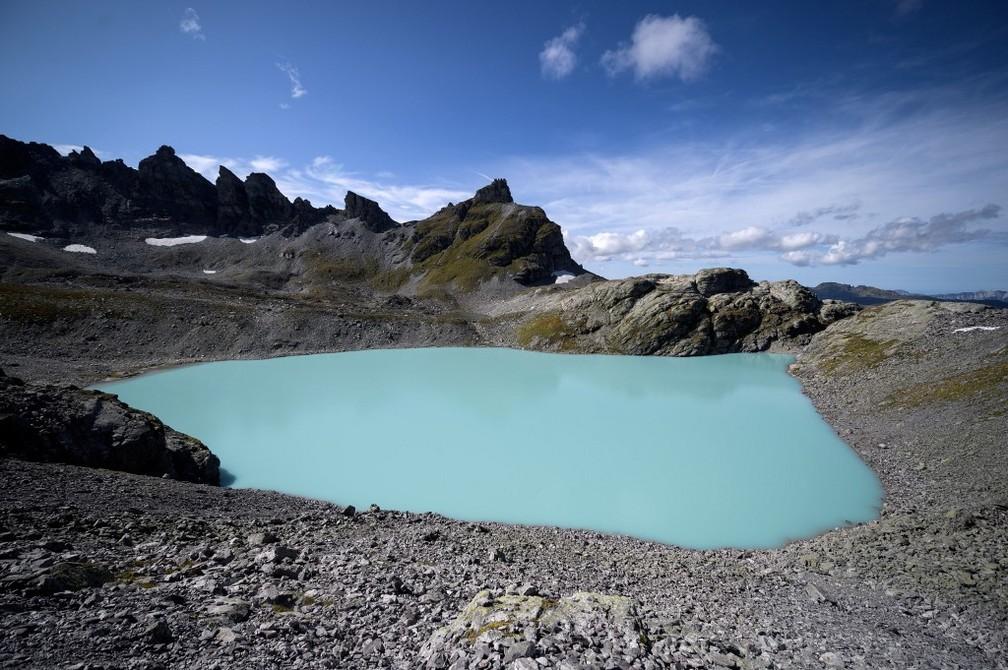 Lago alpino na região da montanha de Pizol, em Mels, na Suíça. — Foto: Fabrice Coffrini/AFP