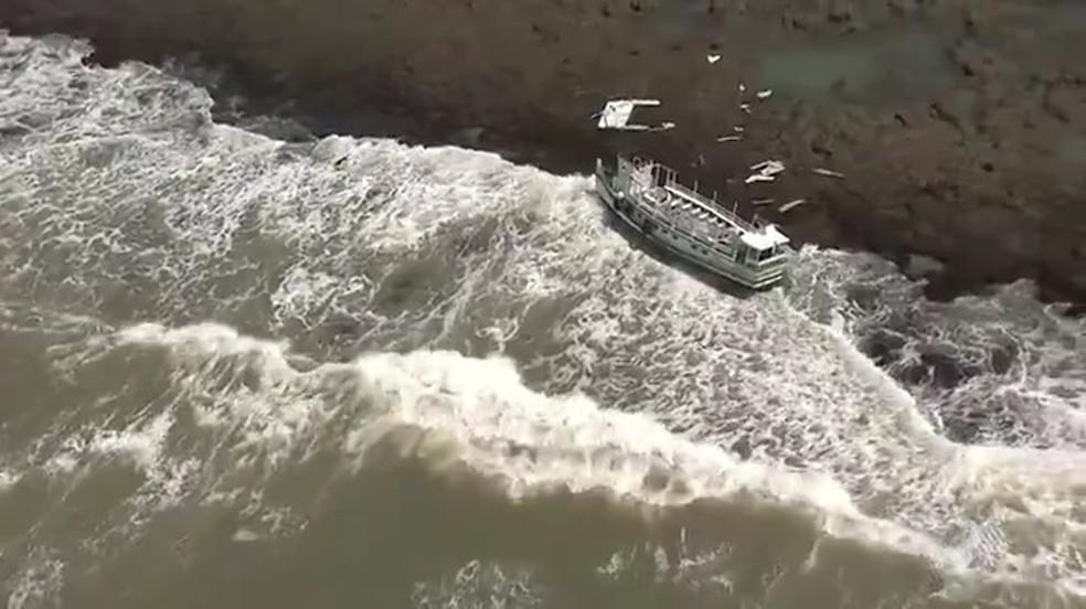 Acidente aconteceu por volta das 6h30, 10 minutos após embarcação deixar o terminal de Mar Grande (Foto: Reprodução/ TV Bahia)