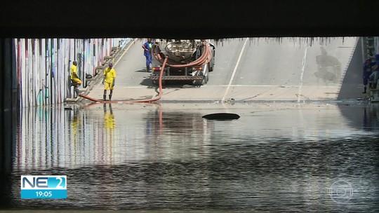 Carro entra em túnel alagado, afunda e mulher morre no Pina