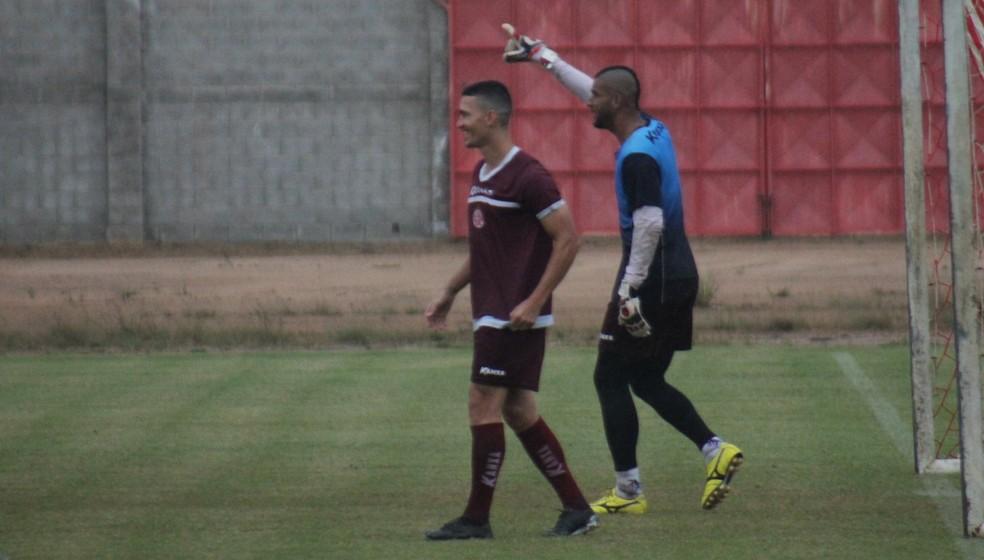 Danilo e o zagueiro-goleiro Dão durante o rachão do América-RN, nesta quinta-feira (Foto: Canindé Pereira/América FC)