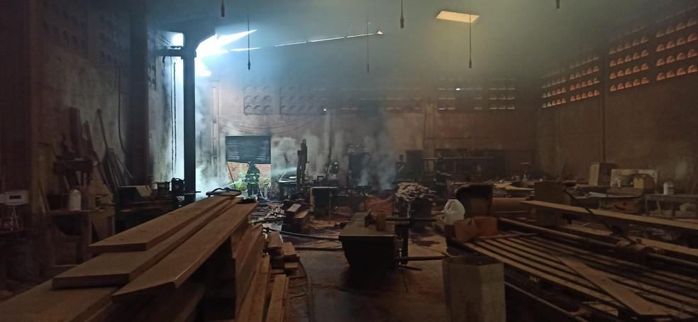 Princípio de incêndio atinge madeireira em Maceió — Foto: Bombeiros