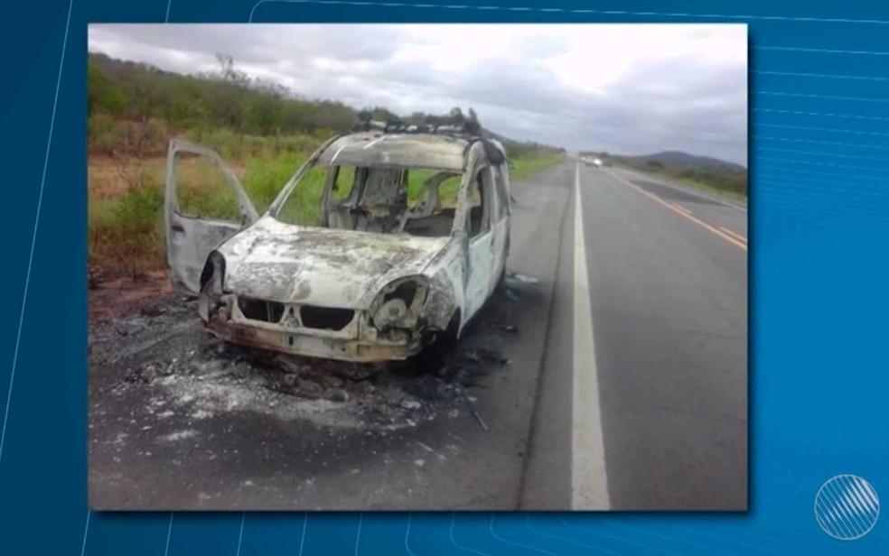 Ambulância fica destruída após incêndio no norte da Bahia (Foto: Reprodução/TV São Francisco)