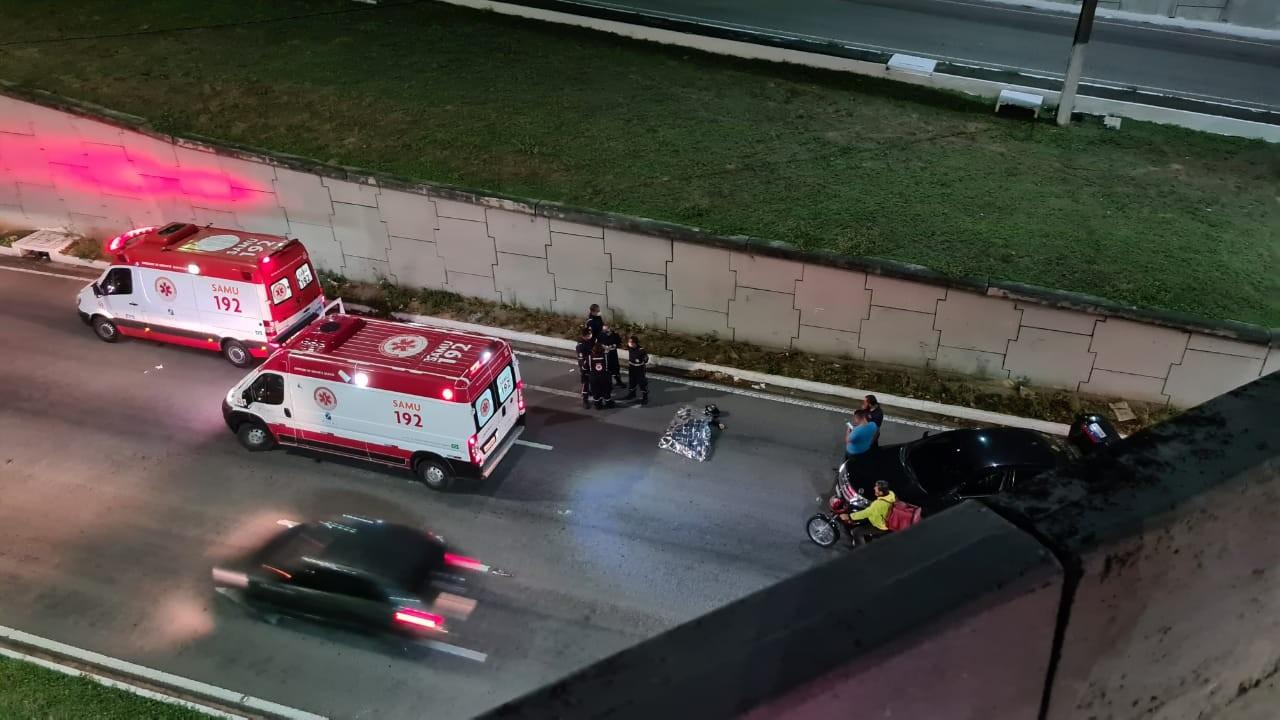 Motociclista morre após bater em mureta e cair de cima de viaduto em Natal