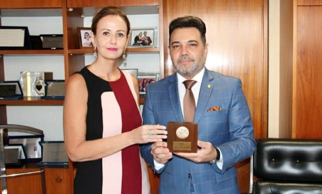 Letícia Dornelles entrega comenda ao deputado Pastor Marco Feliciano