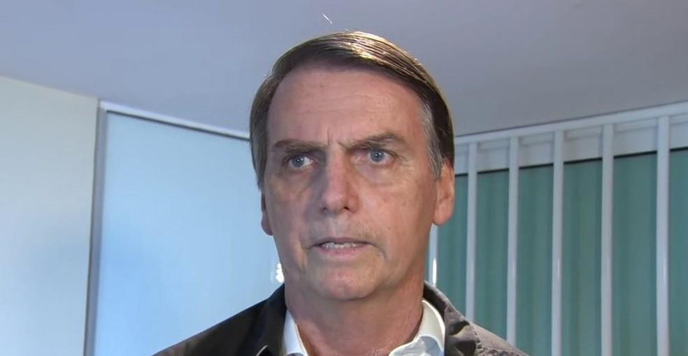 Bolsonaro durante entrevista no Rio de Janeiro, em 18 de outubro — Foto: Reprodução/G1