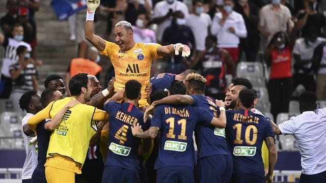 O goleiro Kaylor Navas é festejado pelo time do PSG após a conquista da Copa da Liga Francesa
