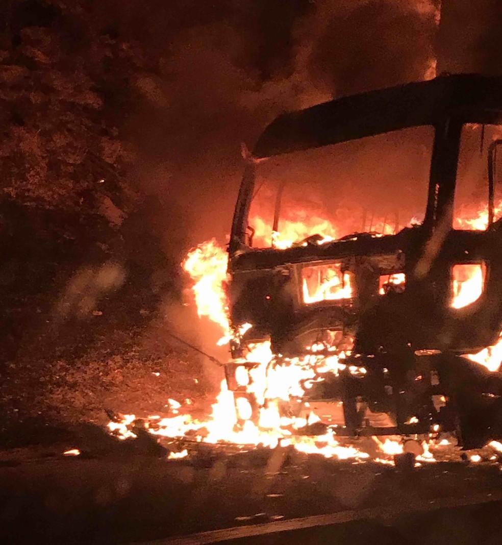 Carreta pega fogo e interdita  Via Dutra por duas horas na noite desta quinta-feira (22). (Foto: Antônio Gasques/Vanguarda Repórter)
