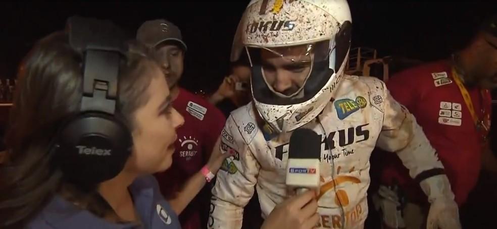 Caio Castro dá entrevista após capotar utilitário em Campo Grande — Foto: Reprodução/SporTV