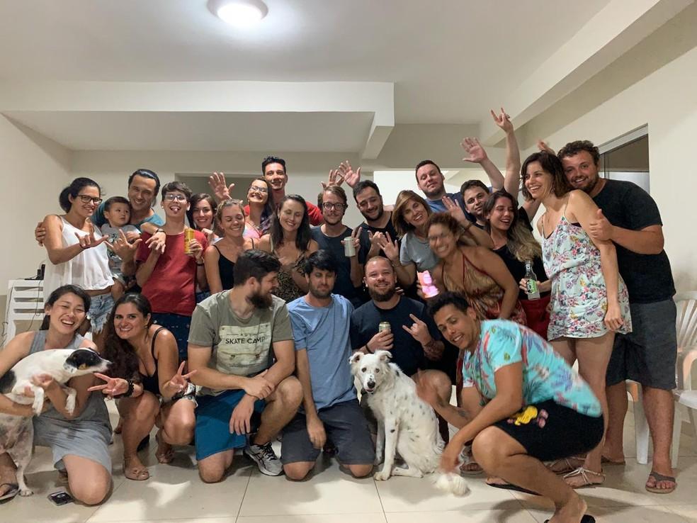 O cãozinho Jögan num churrasco com a nova família, em Florianópolis.  — Foto: João Ferreira/Arquivo pessoal