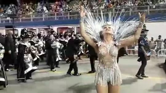 Lívia Andrade samba no Desfile das Campeãs da Império de Casa Verde em SP