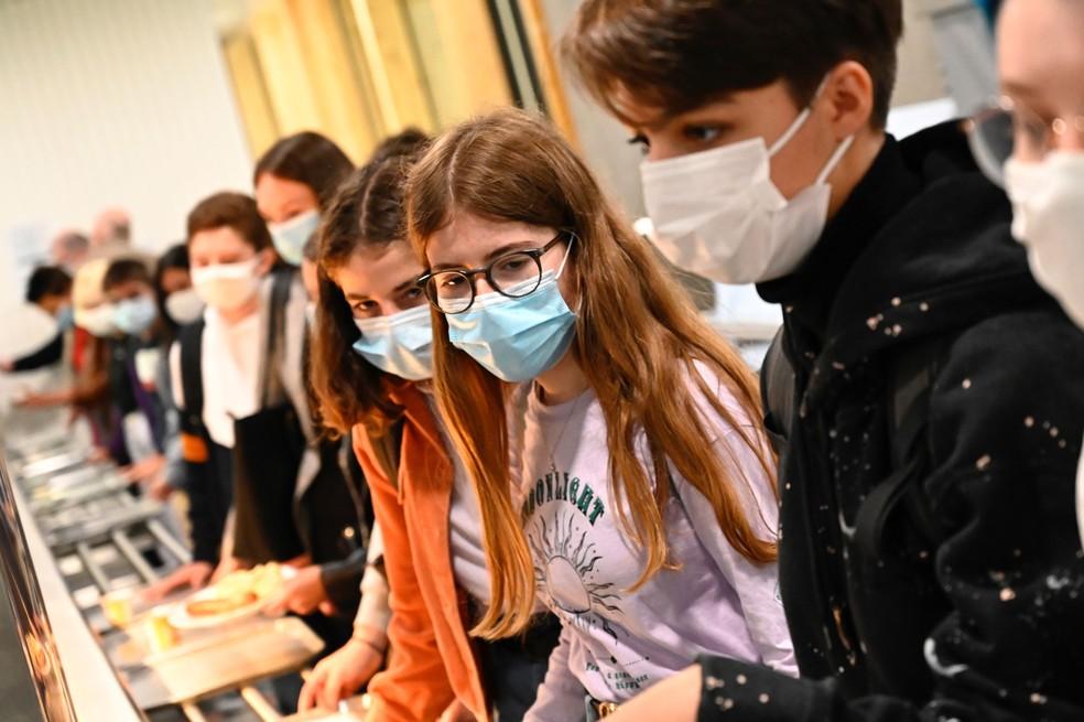 Alunos com máscara fazem fila para almoçar na lanchonete da escola de ensino médio Brequigny em Rennes, no oeste da França, nesta terça-feira (1º) — Foto:  Damien Meyer / AFP