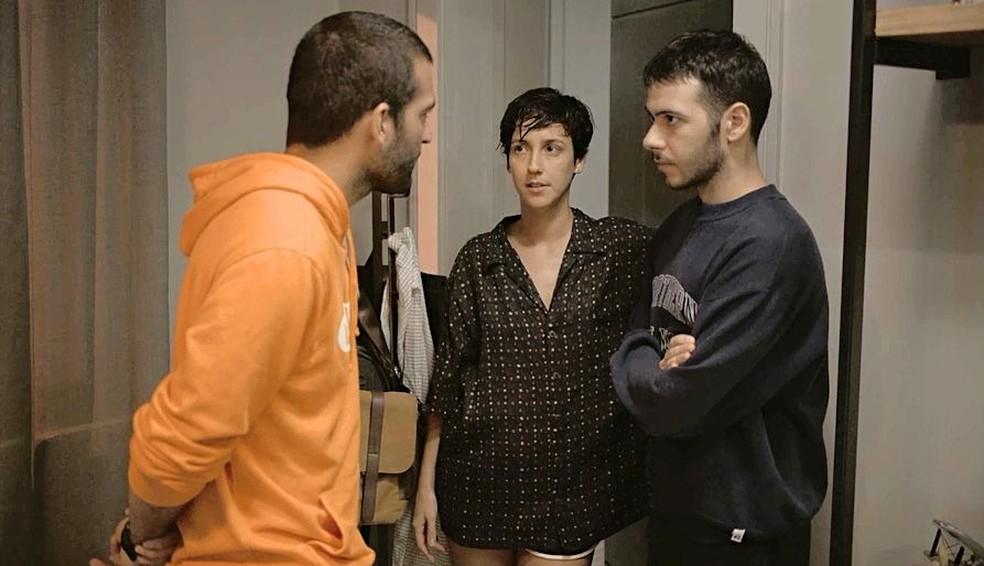 Sandro (Humberto Carrão) fica com o pé atrás, mas garante que vai ajudar o irmão — Foto: Globo