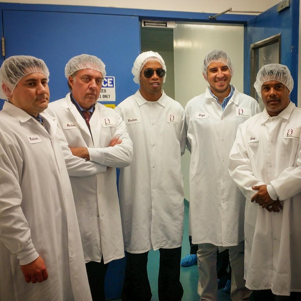 Ronaldinho em visita à fábrica nos EUA (Foto: Divulgação)