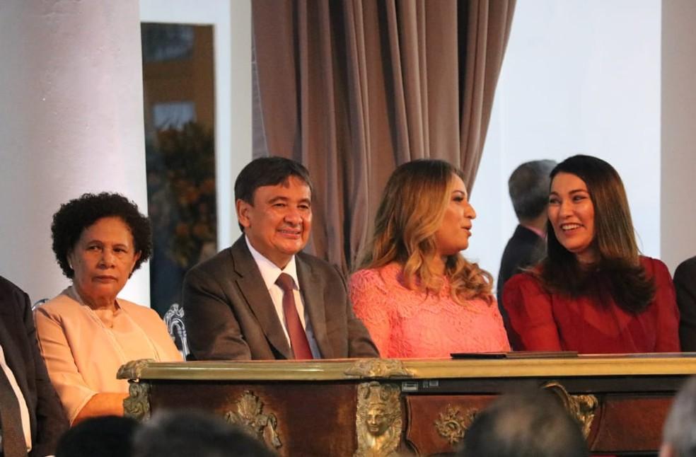 Mesa de honra para recondução ao cargo de Wellington Dias. — Foto: Lucas Barbosa/G1