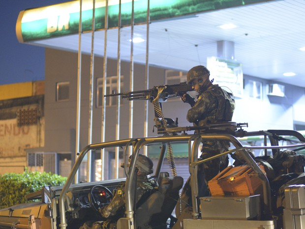 Exército estava com blindados posicionados em diversos acessos da comunidade às margens da Avenida Brasil na manhã deste sábado (5). (Foto: ERBS JR./ESTADÃO CONTEÚDO)