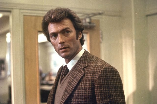 Como o policial Harry Callahan, em 'Perseguidor implacável', de 1971