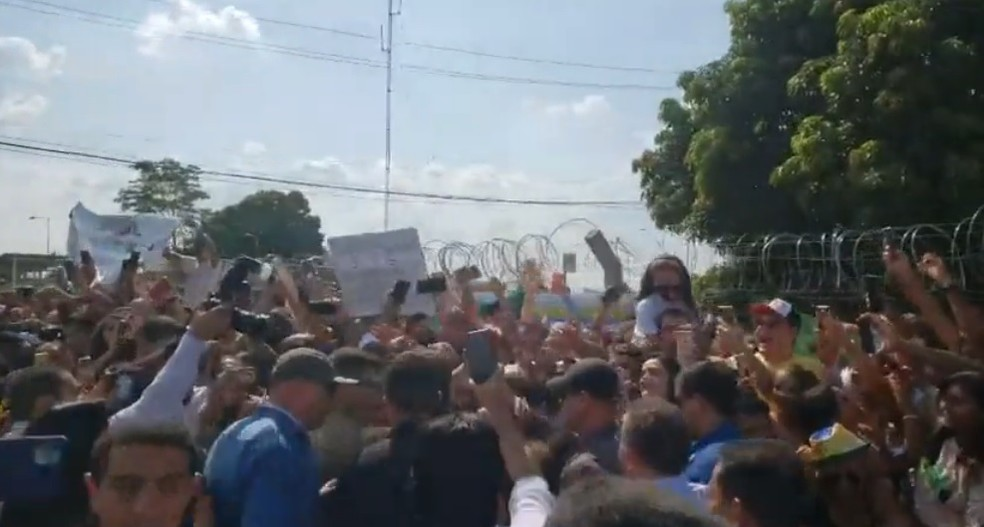 Em chegada à Imperatriz (MA), o presidente Jair Bolsonaro (sem partido) provoca aglomeração de pessoas. — Foto: Reprodução/Redes sociais