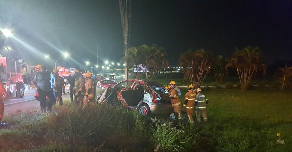 Carro capota em Taguatinga e deixa jovem de 20 anos ferido, no DF — Foto: CBMDF/Divulgação