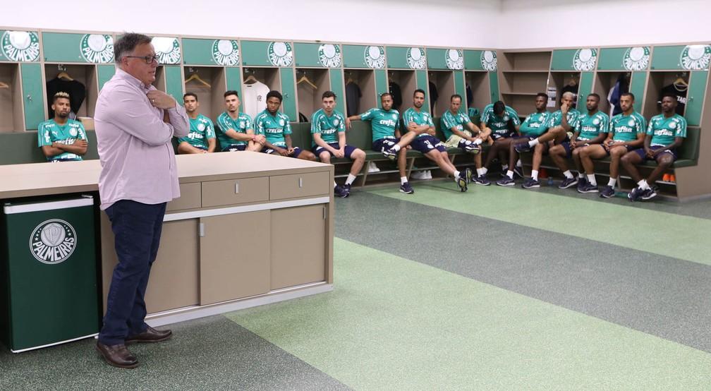 O diretor Anderson Barros em conversa com o elenco do Palmeiras — Foto: Cesar Greco/Palmeiras