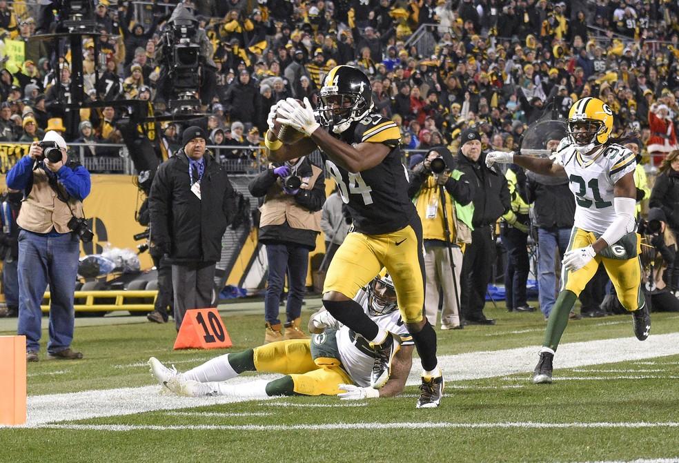 Antonio Brown corre para marcar o touchdown contra os Packers (Foto:  AP)