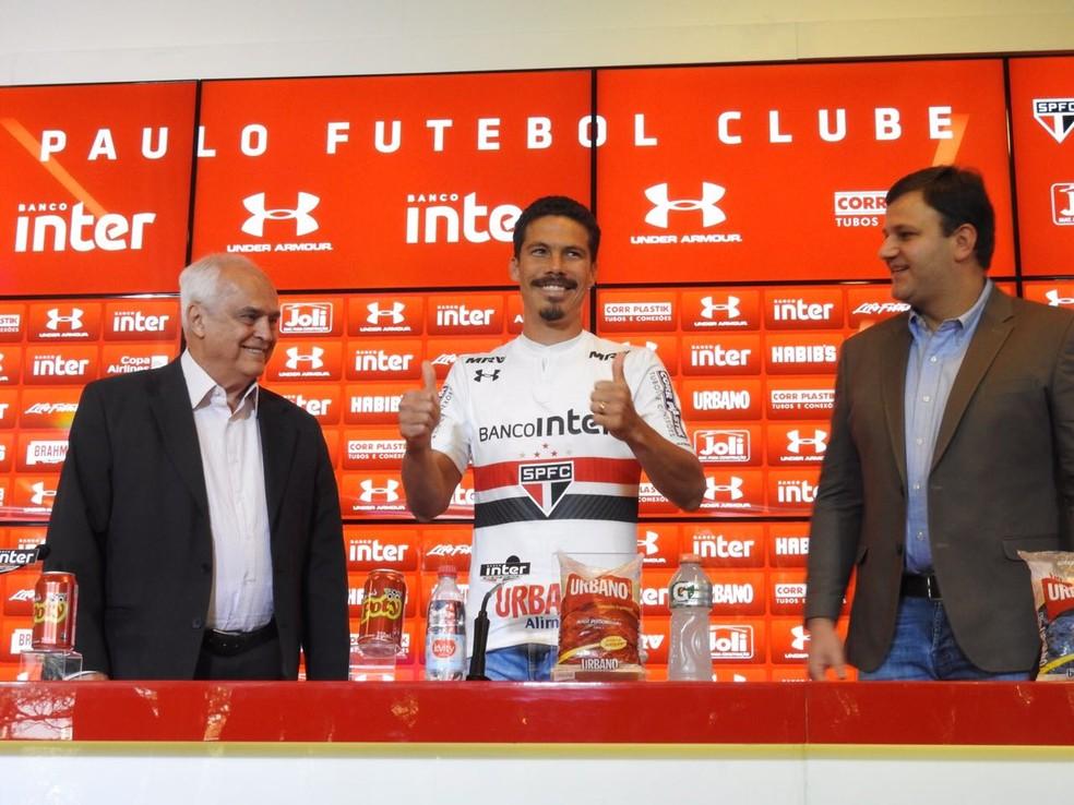 Hernanes entre o presidente e o diretor de futebol (Foto: Marcelo Prado)