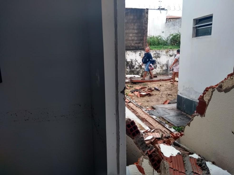 Parte de parede de condomínio desaba em São Luís — Foto: Eveline Cunha/TV Mirante