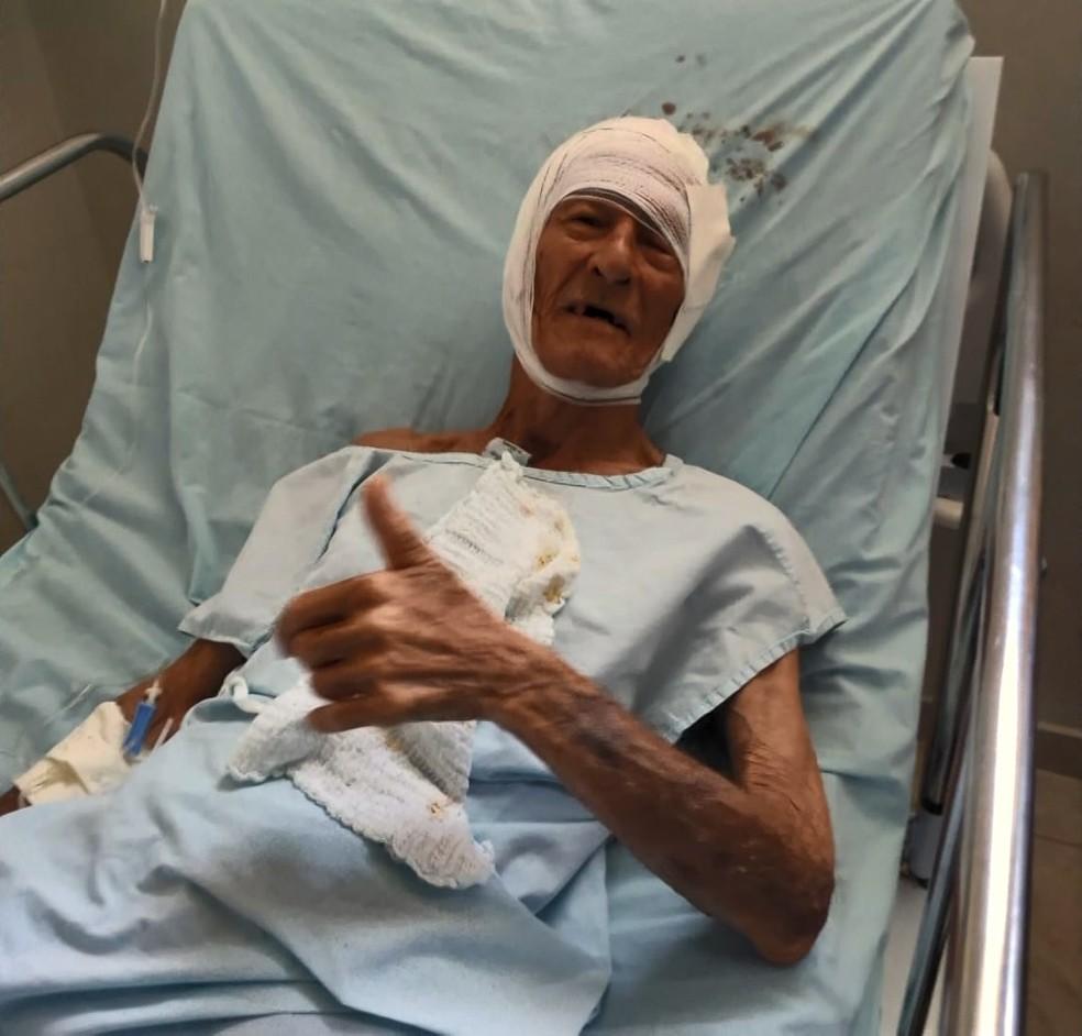 Mario Mateus de Oliveira, de 90 anos, foi salvo por policial após cair em rio e levado para hospital — Foto: Reprodução/TV Gazeta