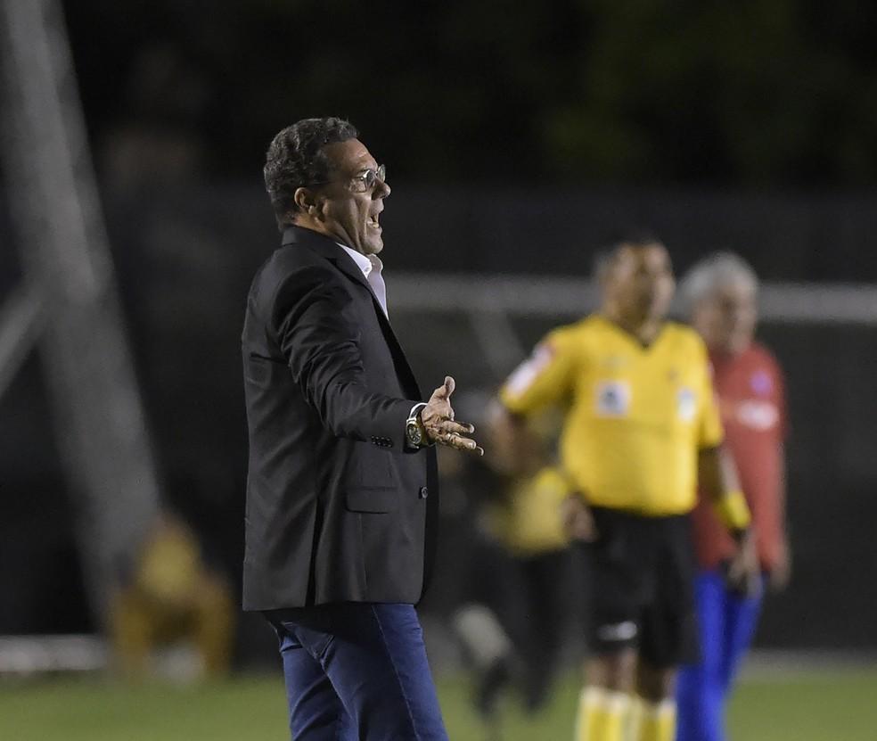 Vanderlei Luxemburgo, técnico do Vasco, reclama com a arbitragem — Foto: André Durão
