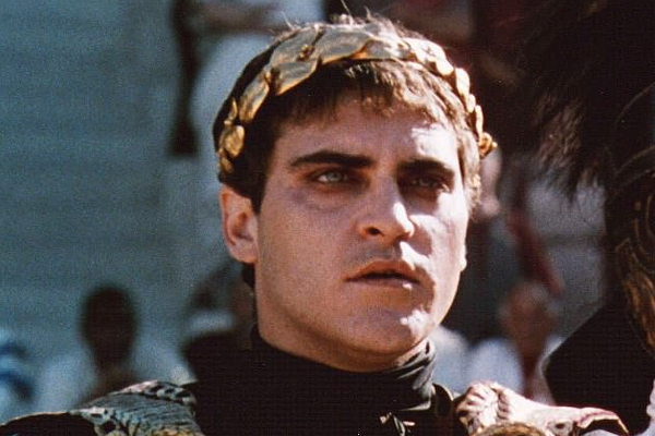 O ator Joaquin Phoenix em cena de Gladiador (1999) (Foto: Reprodução)