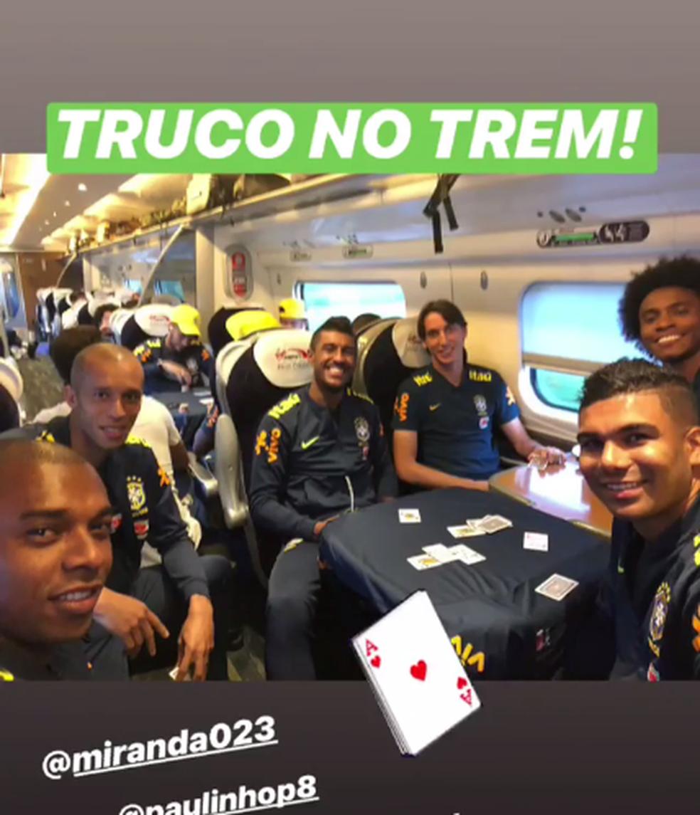 Jogadores aproveitam viagem de trem e fazem jogo de cartas (Foto: Reprodução/Instagram)