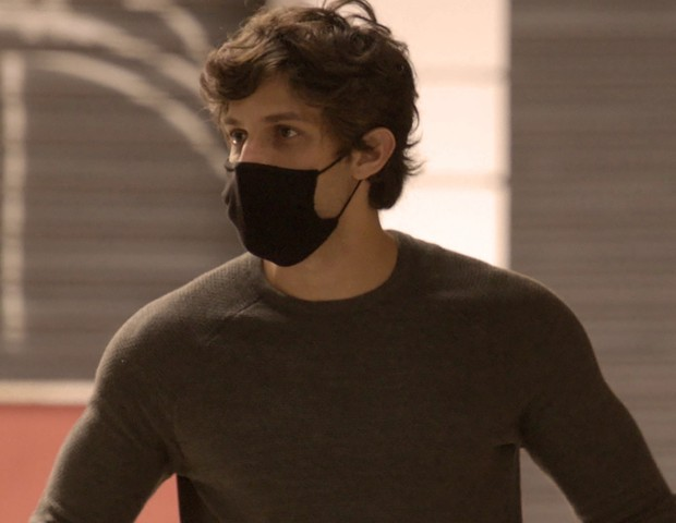 Chay Suede durante as gravações da fase final de Amor de Mãe, novela em que interpreta Danilo (Foto: Divulgação/TV Globo)