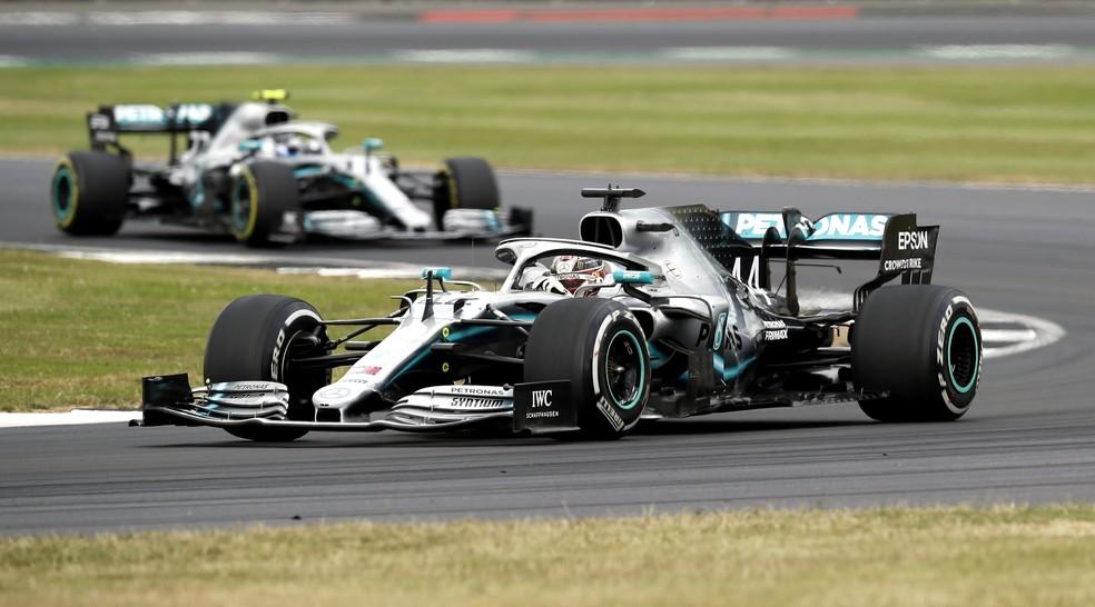 Hamilton à frente de Bottas durante o GP da Inglaterra em 2019 — Foto: Getty Images